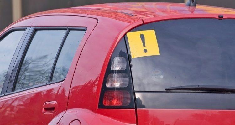 Восклицательный знак на заднем стекле авто