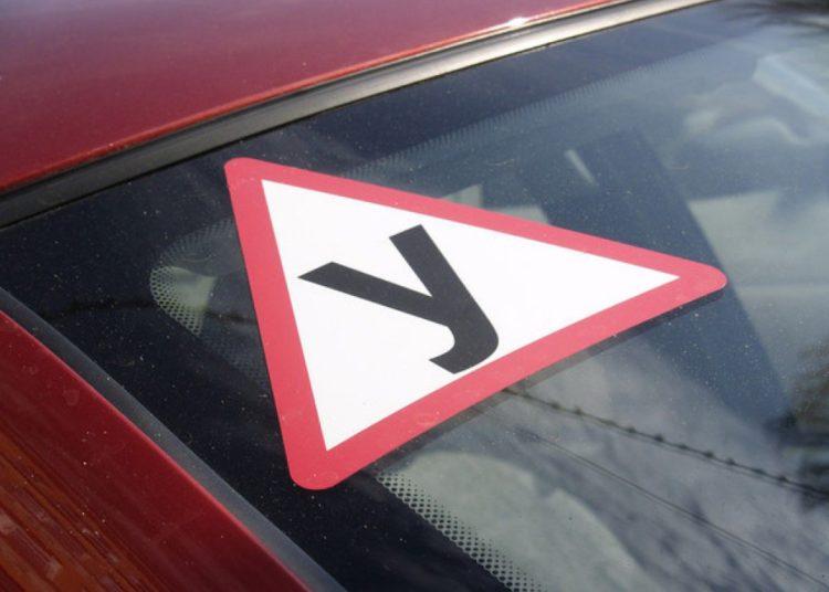 Знак У на стекле авто