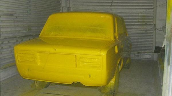 Корпус ВАз покрыт желтой краской