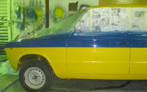 Желтый ВАЗ с синей полосой