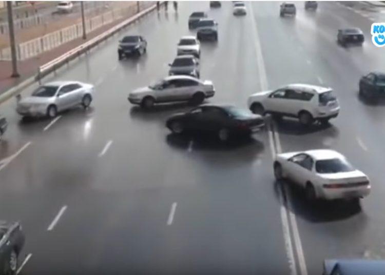 Машины пересекают двойную сплошную