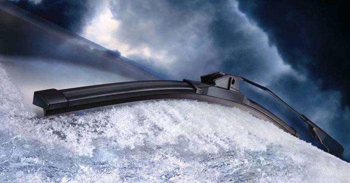 Дворники очищают снег на лобовом стекле