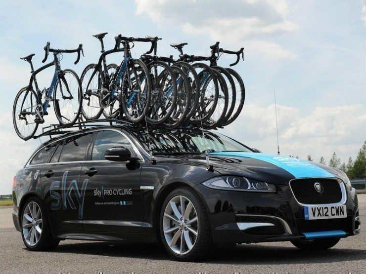 Машина с велосипедами на крыше