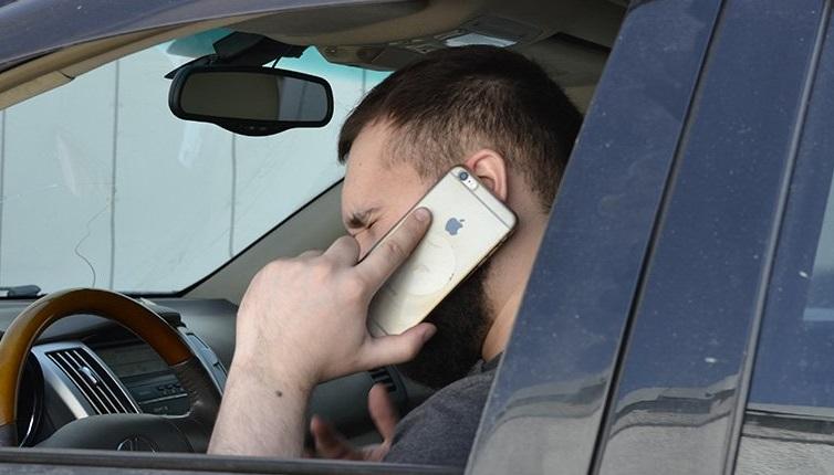 Водитель говорит по мобильномк
