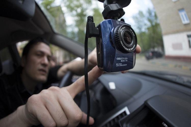 Водитель включает камеру