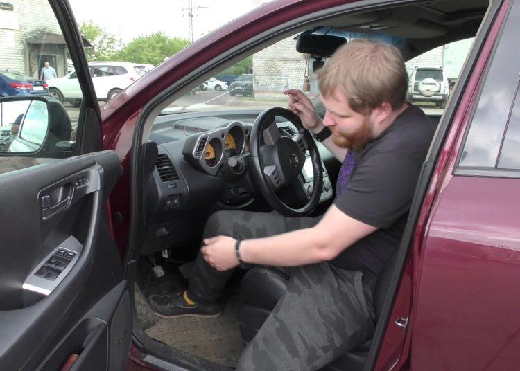 Водитель открыл дверь авто