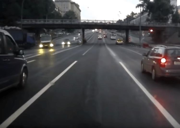 Трасса и проезд на красный эвакуатора