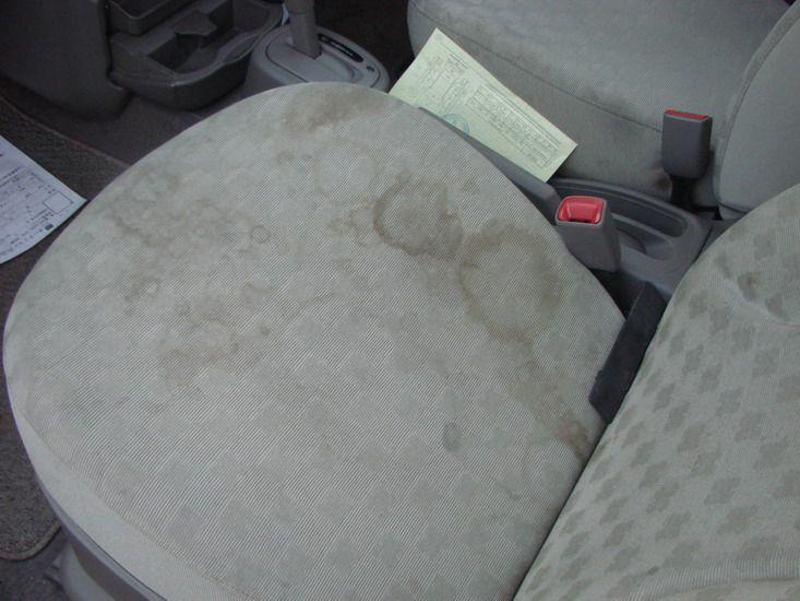Грязное сидение авто с пятнами