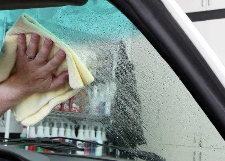 Очистка стекла на авто тряпкой