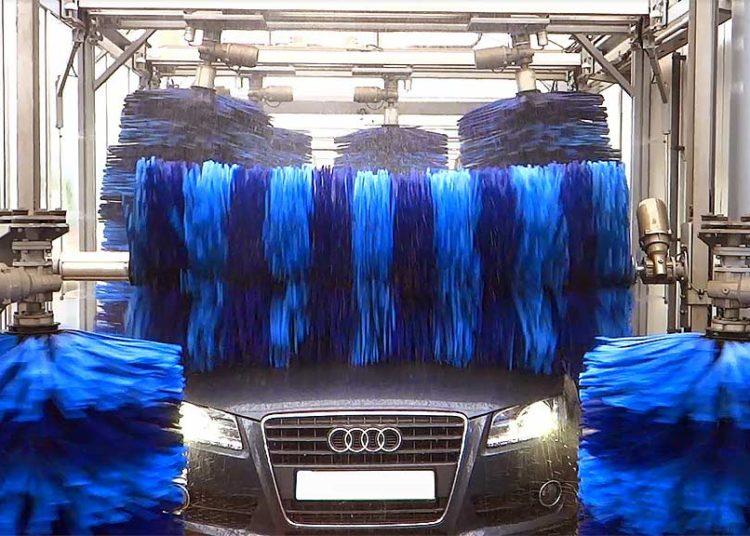 Авто моют на автомойке щетками