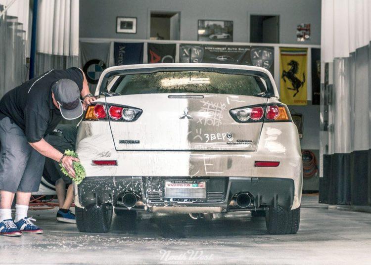 Мытье машины тряпкой