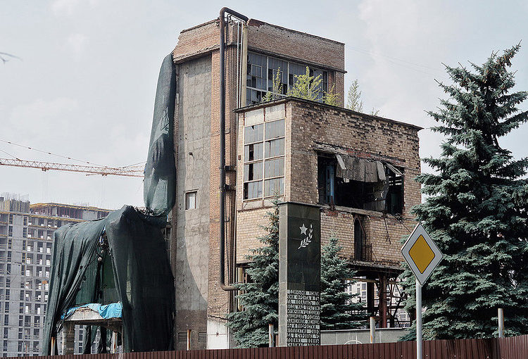 Заброшенное административное здание