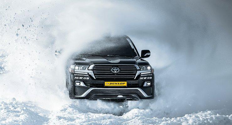 Автомобиль буксует в снегу