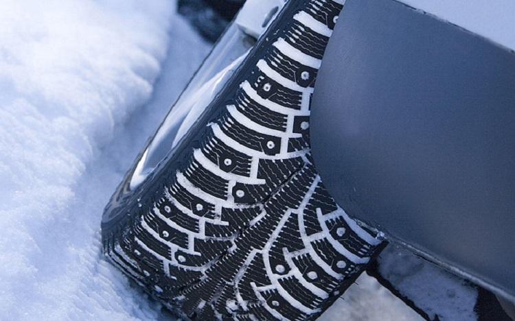 Шипованная резина в снегу