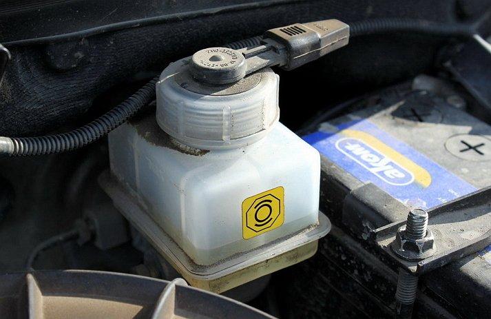 Бак тормозной жидкости автомобиля