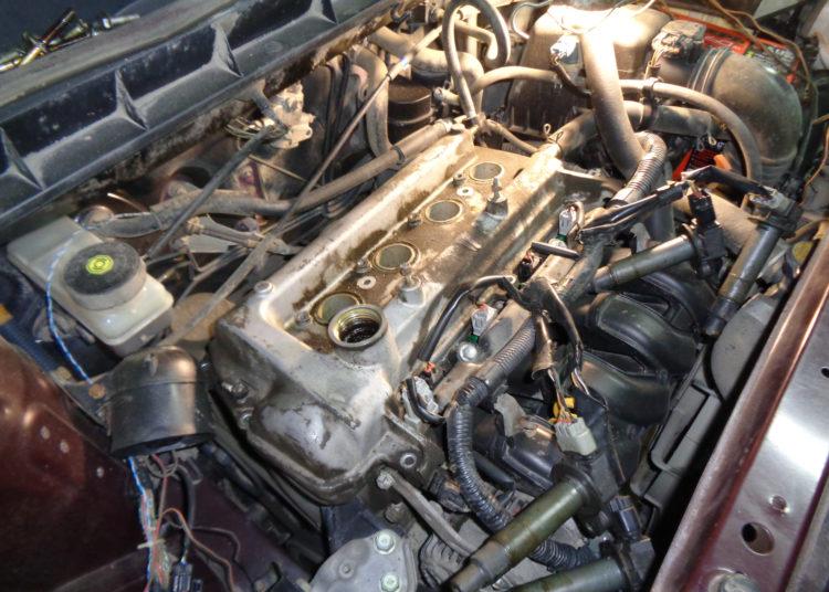 Открытый капот и двигатель