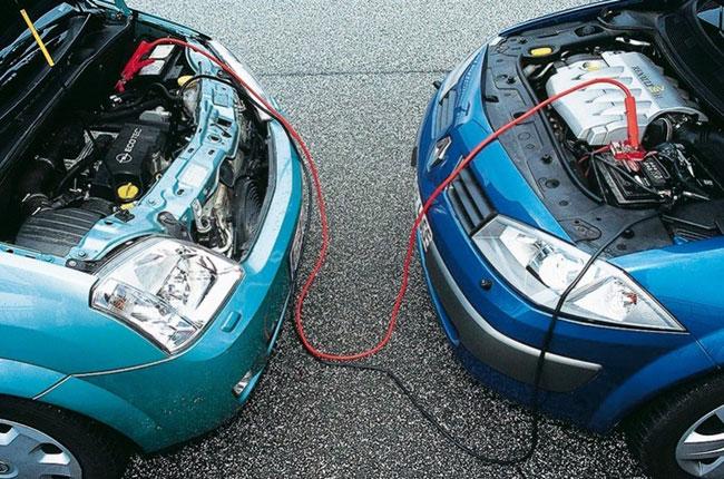 Провод между двумя авто для прикуривания