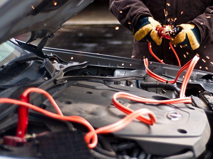 Провода при прикуривании авто искрят