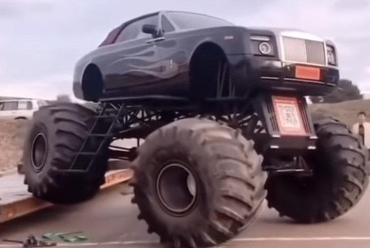 Легковое авто на огромных колесах