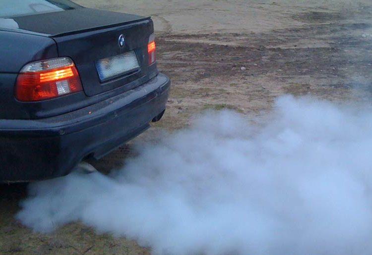 Дым из глушителя авто
