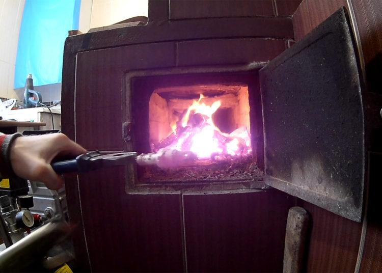 Нагревание свечи зажигания на прямом огне