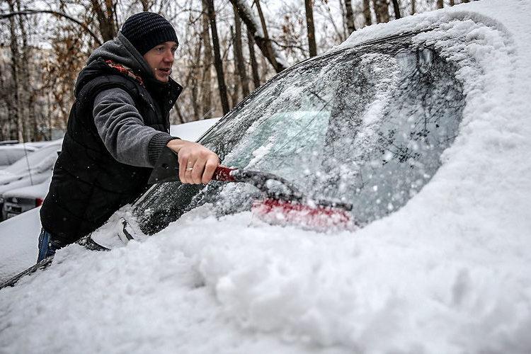 Очистка лобового стекла от снега