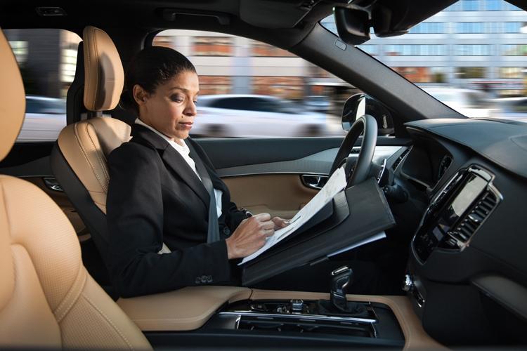 Женщина пишет за рулем