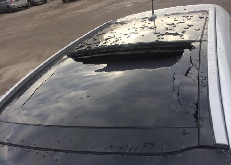 Потресканная стеклянная крыша авто