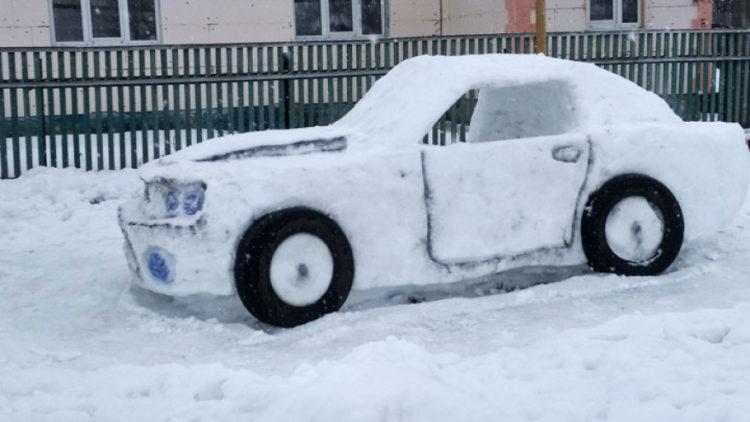 Авто из снега с настоящими колесами