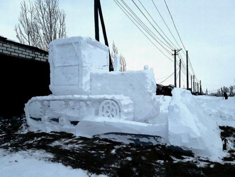 Трактор из снега в Актюбинске