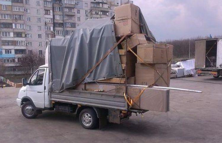 Много коробок в маленьком грузовике