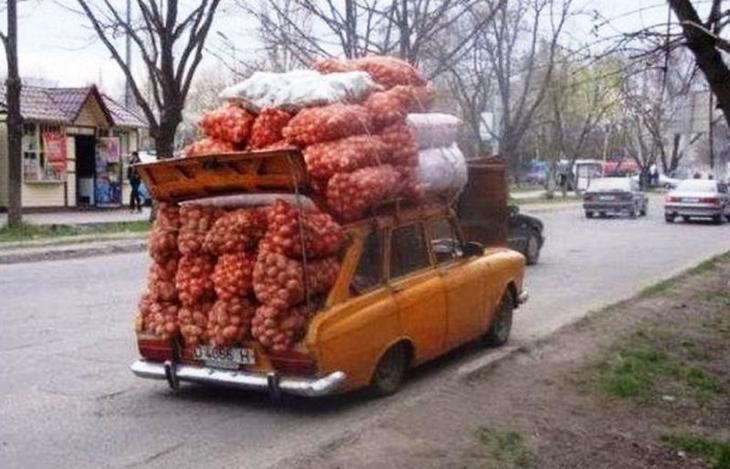 Много мешков в кузове и на крыше Москвича