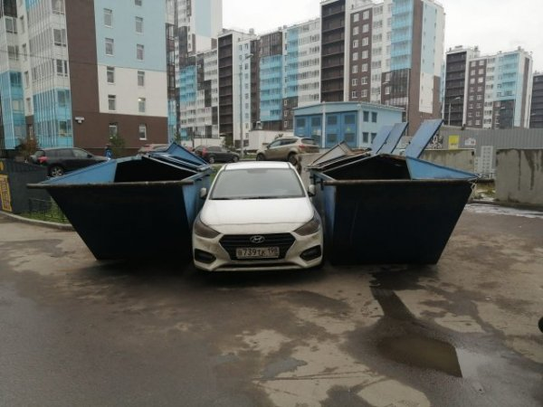 Машина между двумя контейнерами