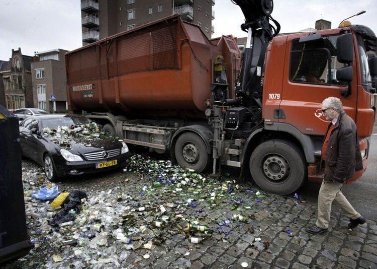 Машину засыпал мусоровоз мусором
