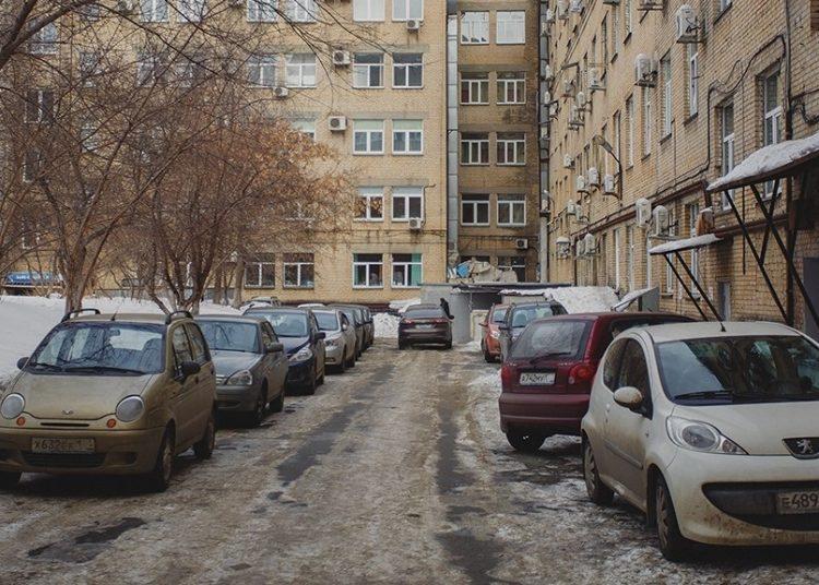 Парковка машин во дворе дома
