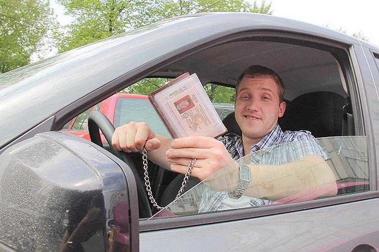 Водитель показывает документы на цепочке