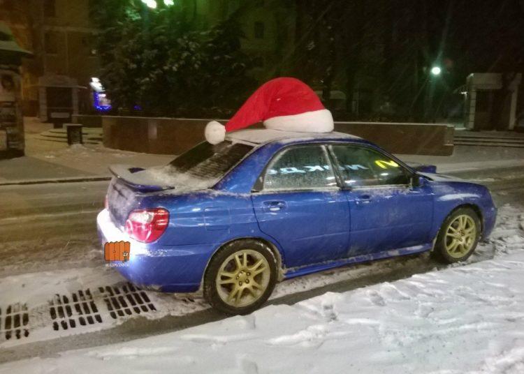 Автомобиль с шапкой Санты на крыше