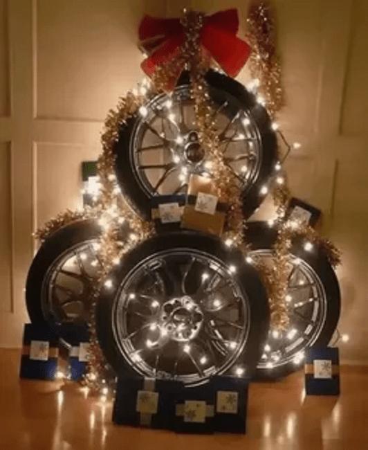 Елка из колес с бантиком