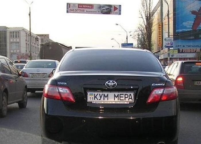 Знаки на машине Кум мэра