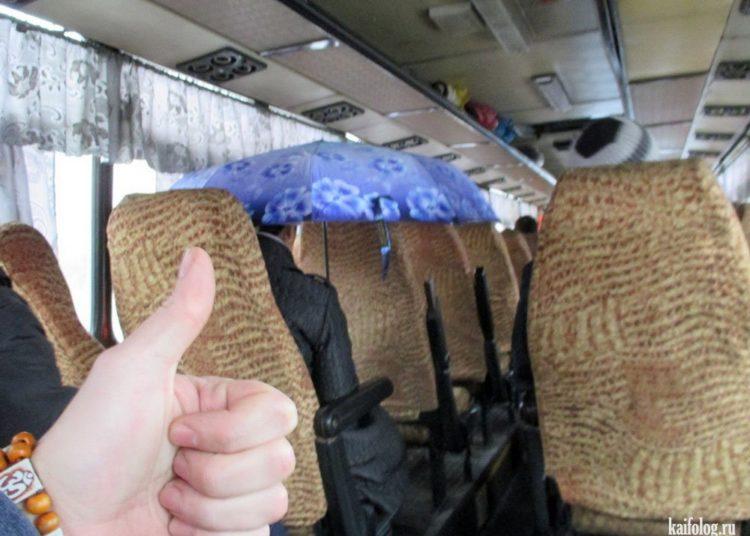 Пассажир с раскрытым зонтиком в автобусе