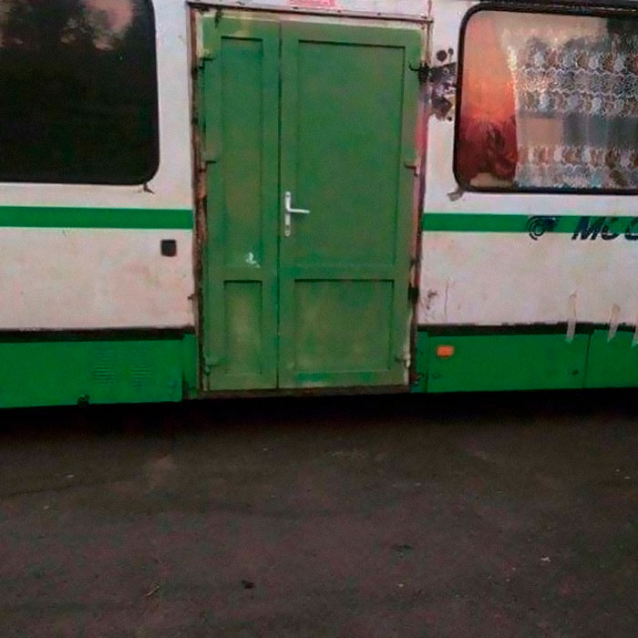 Деревянная дверь в автобусе