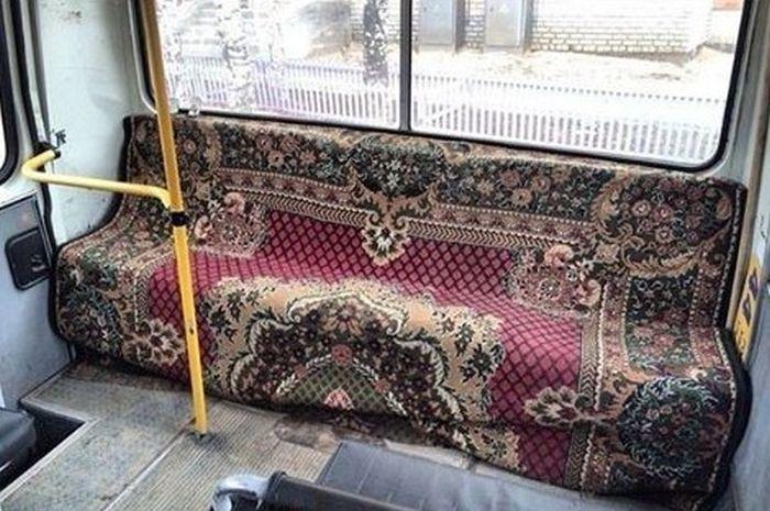 Диван с ковром в автобусе
