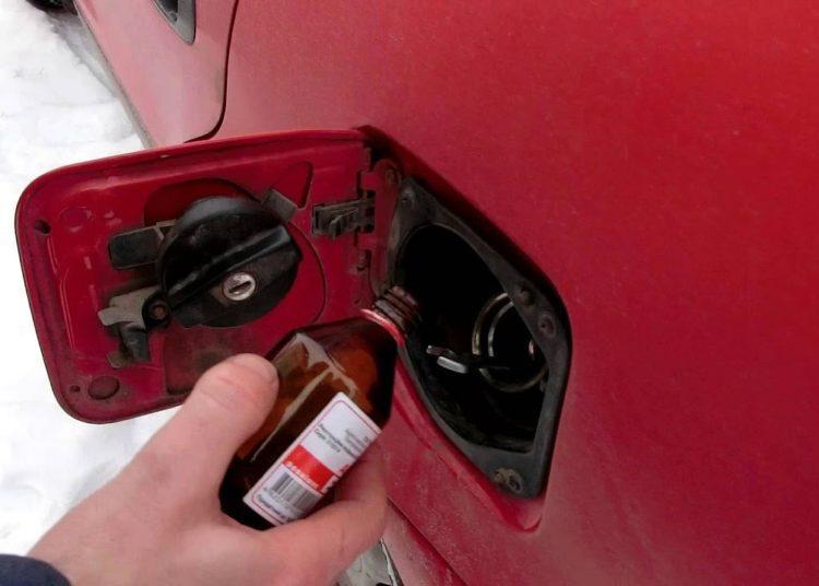 Добавление спирта в бензобак