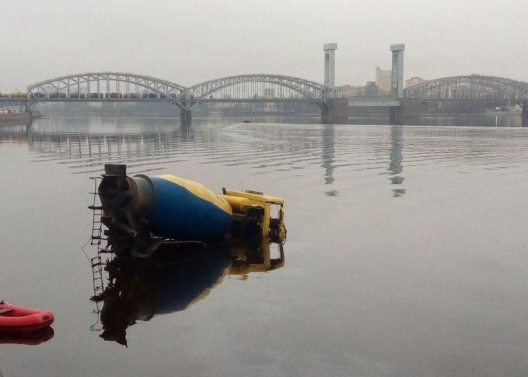 Бетономешалка упала в реку