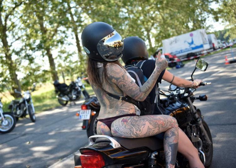 Девушка на мотоцикле в трусиках