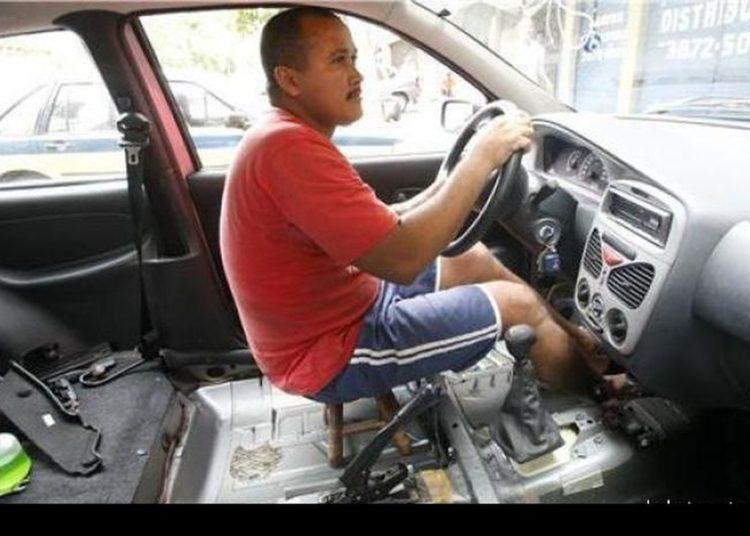 Водитель за рулем на табуретке