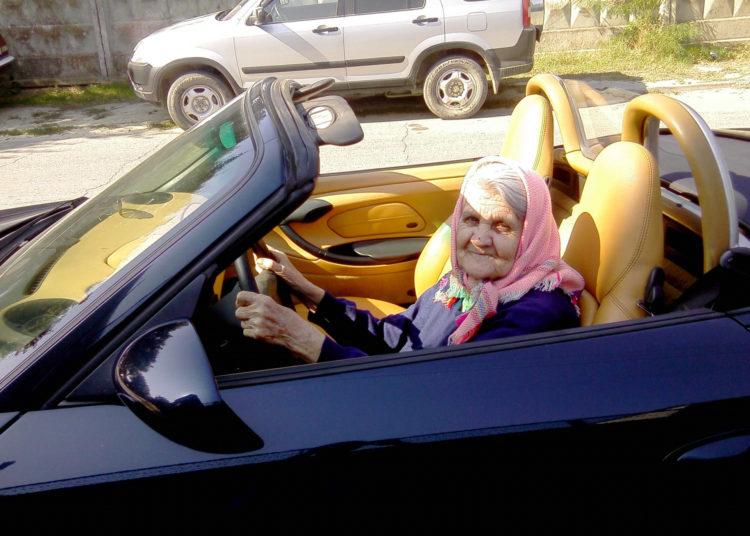 Бабушка за рулем кабриолета