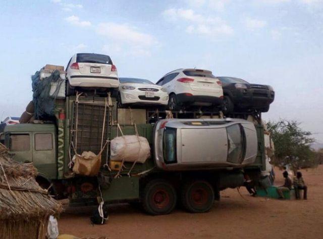 Автомобили привязаны к грузовику