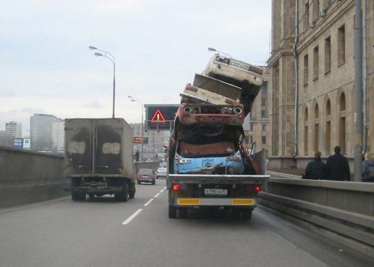 Гора из кузовов машин на легковушке