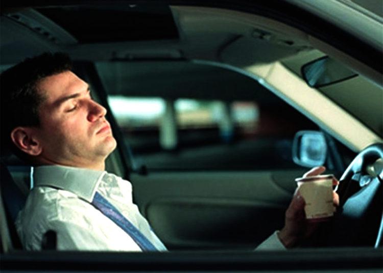 Водитель отдыхает с кофе